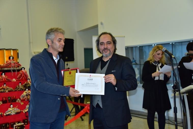 Sanatçı Abdülhamit Gümüşlü'nün, Gece ve Gündüz adlı eseriyle kazandığı ödülünü Sayın Japon Sanat Merkezi Erdal Küçükyalçın verdi.