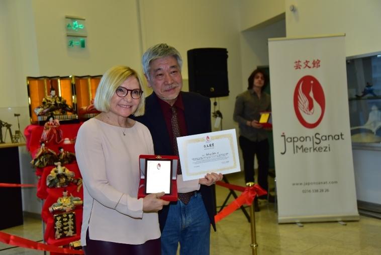 Sanatçı Sabriye Şeker'in Kokoro to Yume adlı eseriyle kazandığı ödülünü Festival Sponsoru Sompo Japan Sigorta'yı temsilen Sayın Gen İwao verdi