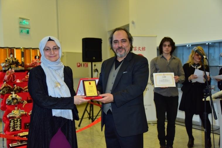Sanatçı Safiye Morçay'ın, Gece ve Gündüz adlı eseriyle kazandığı ödülünü Japon Sanat Merkezi Kurucusu Sayın Dr.Erdal Küçükyalçın verdi.